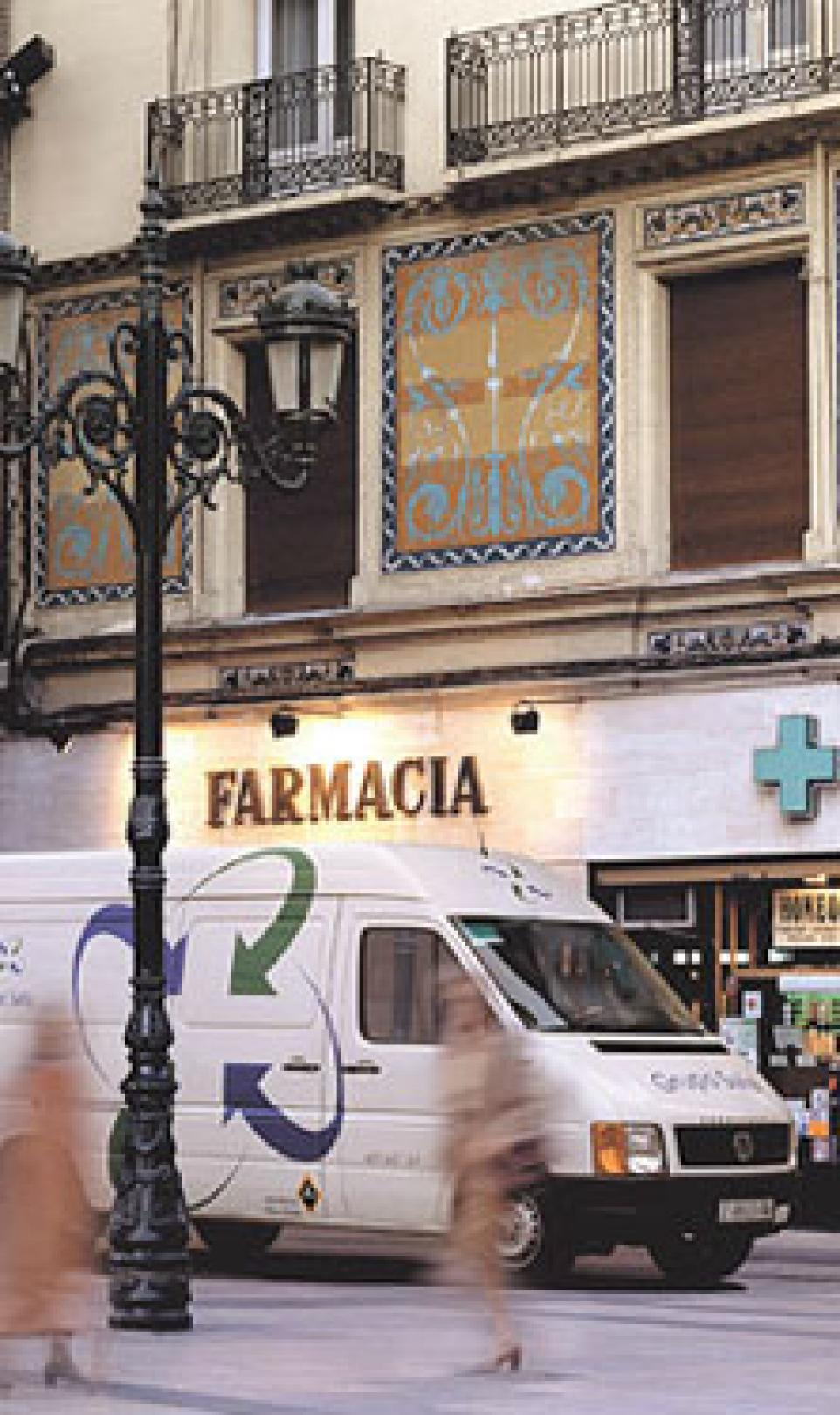 Storefront photograph of a pharmacy (Farmacia) in Spain